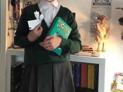 Stadt : Welzheim, Schulname: Kastell Realschule Welzheim (KRS) Kommentar: Meine original Englische Schuluniform von unserem letzten England Urlaub.Da hatte ich auch das Glück in den Harry Potter Studios zu sein.
