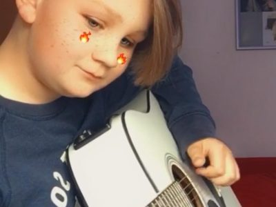 """Guten Tag,  Mein Name ist Luke A. Schaaf und bin Schüler der Clemens Brentano Europa Schule in Allendorf/Lda. Auf meinem Foto spiele ich auf meiner, in England gebauten Gitarre. Sie ist für mich nicht bloß eine Gitarre sondern sehr viel mehr. Ich bin leidenschaftlicher Gitarrenspieler seit 6 Jahren (Stand 2020: 13 Jahre) und in meinen 6 Jahren hatte ich meine Finger schon an vielen Gitarren doch diese Gitarre ist echt besonders. Sie teilt viele emotionale, verändernde und besondere Momente. Ich habe sie jetzt seit 3-4 Jahren und habe sie bereits in preisen über den Kosten der Gitarre reparieren lassen. Ich lebe von der Musik und bin nicht immer der ,,durchschnittliche Mensch"""" in meinem Alter doch egal was passiert, diese Gitarre ist und bleibt besonders. ich würde mich unendlich über den Preis freuen:)  Bleiben sie gesund:)  MfG Luke A. Schaaf, Schüler der CBES Allendorf/Lda."""