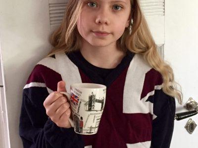 Braunschweig, IGS-Heidberg, Kl 5.1  Auf meinem Pullover ist der Union Jack und in der Hand halte ich eine Tasse aus London.   Ylvi