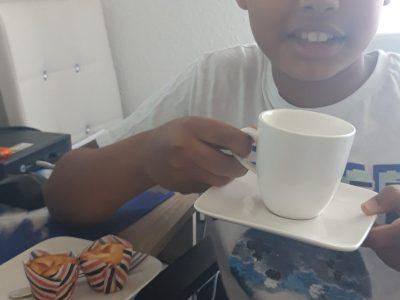 """Konrad Adenauer Gymnasium Meckenheim, Younis Tebiro  Das Typische an den Engländer ist """"Tea Time"""" mit den  Freunden und mit der Familie zusammen!"""