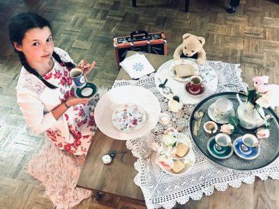 Stadt: Vechta Schule: Liebfrauenschule  Mein Foto heißt: Tea time with Paddington bear  Ich habe mich für dieses Motiv entschieden, weil ich den Film Paddington mag. Der Bär Paddington erlebt in London viele Abendteuer. Ich stelle mir in meiner Phantasie vor, wie toll es wäre, auch nach London zu reisen,  zusammen mit Paddington Tee zu trinken und dabei Englisch zu sprechen.