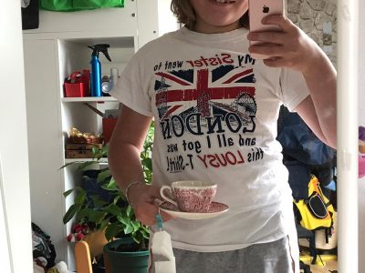 Röthenbach an der Pegnitz, Geschwister-Scholl-Gymnasium  Tee is an typical english thing. That's why it choosed to hold a cup in my hand. The shirt I'm wearing baught my older sister in London  three years ago. On the shirt you can see the three most popular sights in London.
