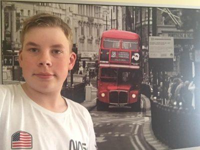 Plaidt, Jonas Barz, IGS Pellenz  Ich, vor meinem London-Bild in meinem London-Zimmer.