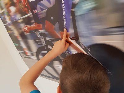 Kaiserslautern, HHG  Kommentar: Wir sind auf einer Sportschule und ich bin in der Fahrradklasse. Deswegen wählte ich das Motiv aus, wo ein berühmter Zeitfahrer aus Großbritanien auf meinem Poster zu sehen ist.