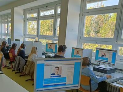 """Moers, Gymnasium Adolfinum Ich war 2019 in den Sommerferien in London, es ist eine großartige Stadt wo man sehr viel machen kann, wir waren """"nur"""" eine knappe Woche da und es tat sehr weh als wir das ganze hinter uns gelassen haben. ich habe mich für den Buckingham Palace entschieden, weil ich ihn am imposantesten fand."""