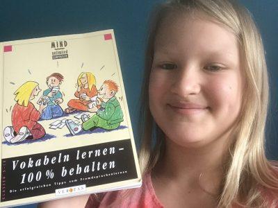 Das bin ich mit einem Englisch Buch zum Vokabeln lernen es ist sehr hilfreich und ich finde es sehr toll.  Lg. Louisa Lau aus der 6e Rollfing   In Hamburg