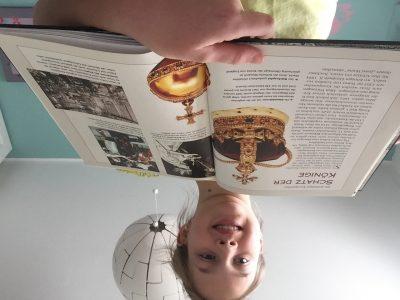 Stadt:Mönchengladbach,Schule:Franz Meyers Gymnasium   Kommentar:Das Buch ist von meiner mutter und da die Krone sehr wertvoll ist habe ich mir gedacht das wertvolle Krönchen sollte man zeigen...