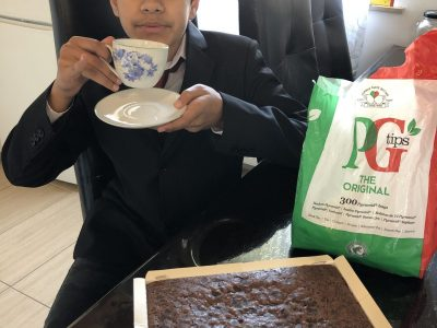 Tea time at 4 o'clock: Black tea with milk and a piece of cake. Only the British like!