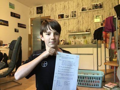 Köln, Willy-Brandt-Gesamtschule Höhenhaus Das Bild zeigt mich, Mika Simon Kl. 6.1.2, mit den Englisch Hausaufgaben in der Corona Zeit