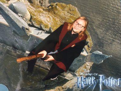 Arnsberg, Franz Stock Gymnasium  Oben sehen Sie ein Bild von mir in England- genauer gesagt in den Warner Bros. Studios, wo ich mit meiner Mutter die Welt von Harry Potter erforscht habe. Natürlich alles auf Englisch! ;)