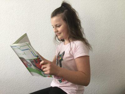 Stadt: Hanover.    Name: Maja Piesiur    Schule:Käthe- Kollwitz- Schule  Auf diesem Bild sieht man wie ich ein Englisch Buch lese.