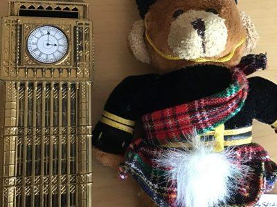 Ich bin ein Teddy und war schon sooo oft in London .Neben mir seht ihr den Big Ben