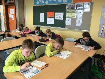 Warburg, Sekundarschule  We are the champions! Hochkonzentriert bearbeiten die Schüler und Schülerinnen die Fragebögen!