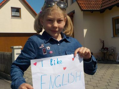 Hallo (1) Ich bin Laura Feldengut und  gehen in Lauingen an der Donau im Albertus- Gymnasium zur Schule!
