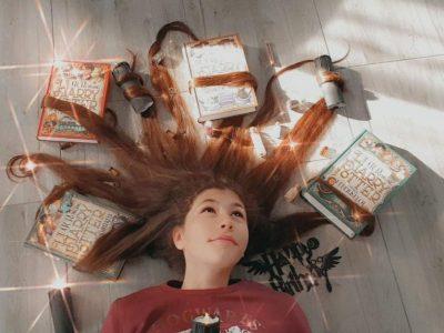 Mechernich, GAT Gymnasium am Turmhof  Die peitschende Weide ist lebendig geworden und hat 4 Harry Potter Bände in ihren Fängen. Seht ihr auch die Zauberzutaten und Schlüssel?..