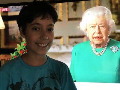 Mein Name ist Vefa Brömmel und bin Schüler auf der Julia-Koppers Gesamtschule in Raesfeld. Die Englischaufgaben in der der Big Challenge waren schwer,deswegen habe ich einfach mal die Queen um Hilfe gebeten.....und sie hat mir tatsächlich geholfen! Danach durfte ich ein Foto mit Ihr machen   :-)