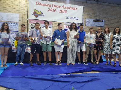 El IES de Castuera vuelve a participar en el concurso The Big Challenge! Nuestros alumnos recogen sus premios ilusionados a manos de sus profesoras Estrella e Inma.