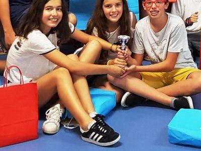 IES FERROL VELLO FERROL (A CORUÑA)  Estos tres alumnos obtuvieron la misma puntuación, desempatando por edad. Espontáneamente posaron sosteniendo los tres el trofeo. Creo que ese es el espíritu. So proud of them!