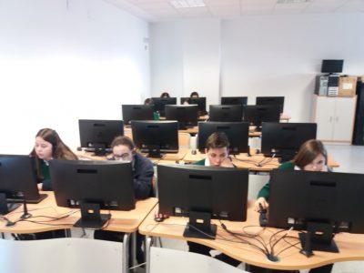 Alumnos del Colegio Ruta de la Plata de Almendralejo (Badajoz) realizando el concurso