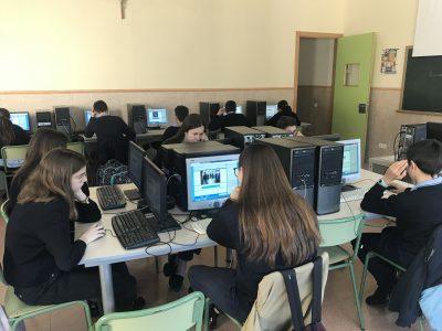 Alumnos del Colegio Sagrada Familia de Alicante reslizando la prueba online del concurso.
