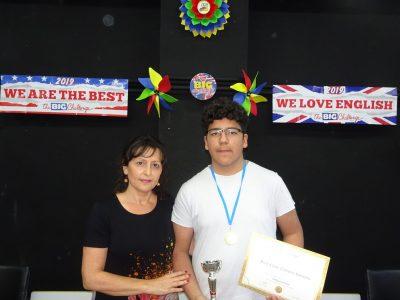 DON BENITO IES CUATRO CAMINOS ALUMNO: JOAQUÍN GRASSINO RUIZ gana Primer Premio Provincial del nivel 3ºESO. La coordinadora del concurso en el centro, Marta Fernández Meneses, entrega el premio en la ceremonia.