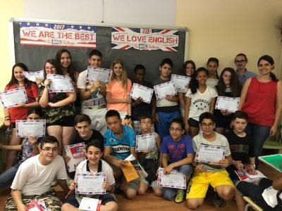 Alumnos de 1º ESO del IES Gregorio Marañón de Madrid, recogen sus premios la mar de contentos.