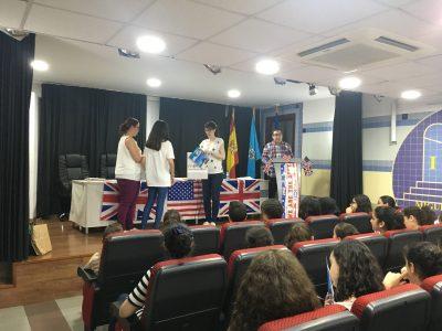 MELILLA - IES MIGUEL FERNÁNDEZ - La ganadora del Big Challenge recogiendo premios