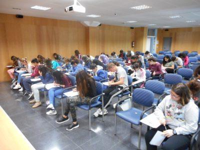 Logroño, La Rioja, España. El nombre del centro es IES Comercio. Los alumnos están concentrados en el examen.