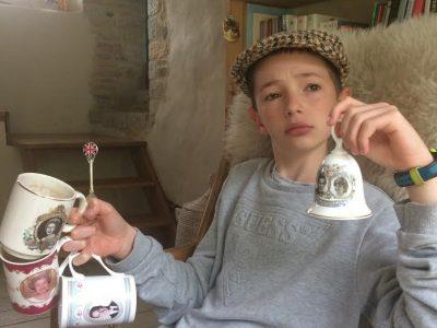 Bonjour voila ma photo avec des objet de ma mère. Lucien TUAL Elven 56250 Morbihan Collêge Simon-Veil.