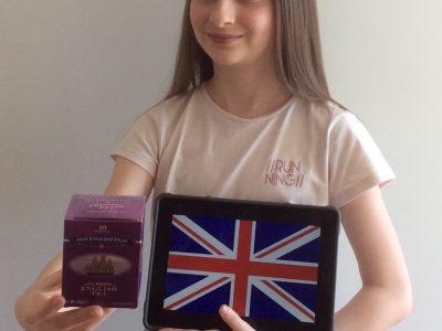 Voici une boîte de thé anglais, un le drapeau de Grande Bretagne !    Jeanne DOLLET 5°3 / Collège la Salle / Lille