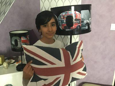 Samy Saadouni Ville : Longuenesse  Collège : LaMalassise Un bonjour de chez moi décoré d'objets qui rappellent l'Angleterre.