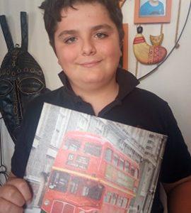Toulon , Collège Marcel Pagnol , Je voulais participez à ce concours depuis longtemps et l'Anglais est ma matière préférée ( Et Londres est l'une de mes villes préférées ) J'ai pris donc un tableau du bus Londonien que mes anciens voisins m'ont envoyés pour mon anniversaire