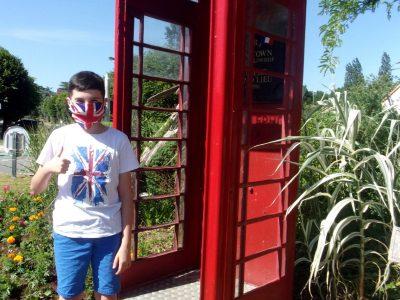 Collège Lamoricière, Saint Philbert de Grand Lieu (44).  En mode Anglais masqué, devant la cabine téléphonique du rond-point de la commune de mon collège (qui est jumelée avec Radyr, près de Cardiff).