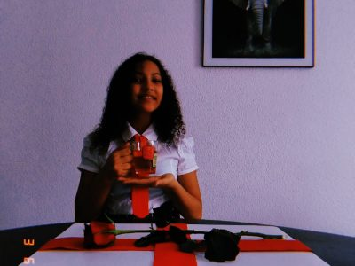 My name is Eva and I am at the college Félix Aunac in Agen. I am having a tea from a cup with writings which represent England. On the table there is a trivet with the flag of England and a rose which is one of the symbols of England.