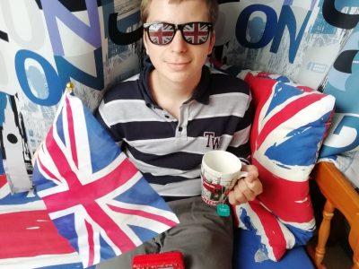 """Collège du bras d'or, 62170 ÉCUIRES   Hello !  Me voici avec plusieurs cleins d'oeil à l'Angleterre, la tasse """"London"""" et un sachet de thé à l'interieur. Des lunettes avec le drapeau, les ais achetée dans une boutique de Canterberry lors de mon voyage scolaire l'an passé. Un bus typique également acheté lors d'un voyage dans ce pays, ma soeur me l'a offert à son retour me sachant grand fan des bus ! Ma chambre à plusieurs déco rappelant les amblèmes du pays : mes draps et un rideau...    I wish you a good day !"""