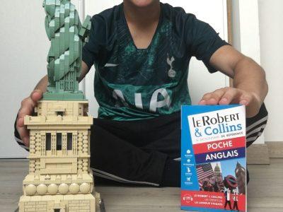 Collège Félix Del Marle d'Aulnoye-Aymeries   Une photo avec la statue de la liberté en Lego et un dictionnaire bilingue pour le plaisir d'apprendre l'anglais.