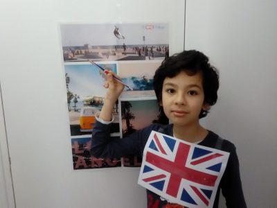 Colombes Collège Marguerite Duras Image Dédiée à l'Angleterre stylo,poster et drapeau qui évoque l'Angleterre