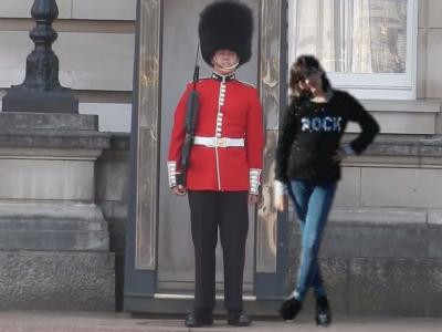 Cetais trop bien mon voyage en Angleterre dommage que c'est fini ♡ la photo avec le garde royal de la reine