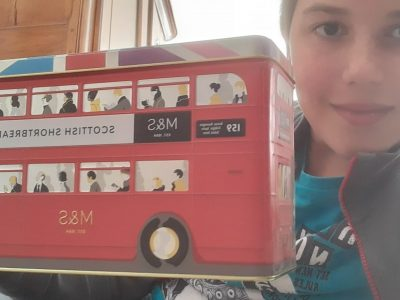 Une boîte de macaron en forme de bus englais