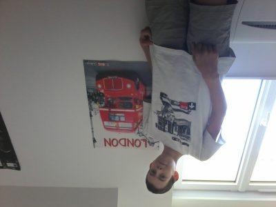 Une photo avec un t shirt que je met beaucoup et un poster de londre qui est toujours affiché dans ma chambre.