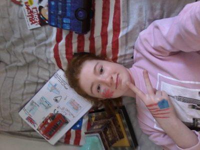 Voici ma photo Britaméricaine*(britannique et Américaine). J'habite à Vaujours 93410. Mon collège est Fénelon.