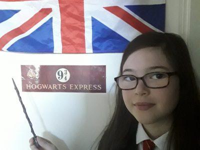 Vautours  Collège Fenelon  Nous vous entrainons dans le monde de la sorcellerie d'Harry Potter des films de J.K.Rowlig. Elle a été décorée du British Empire , a été nommée Companion of Honour  par la reine d'Angleterre et est sacrée chevalière de la Legion d'honneure elle a aussi reçu le prix Hans Christian Andersen donc pour moi Harry Potter est digne de l'Angleterre .                                  La plus grande fan d'Harry Potter.