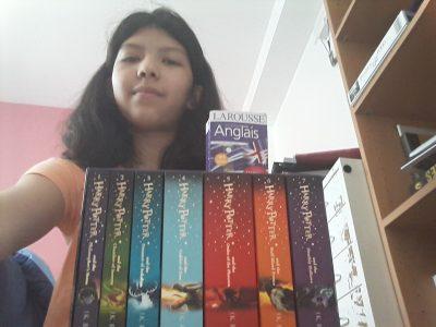 """Mon collège est à Torcy il se nomme Victor Shœlcher dans cette image si vous voyez un dictionnaire je vous rassure je ne l'ai pas utilisé croyez moi, je l'utilise pour traduire les mots que je ne connais pas dans les livres de Hary Potter car j'adore ça. Mon livre préféré est """"Harry Potter and the order of the Phoenix"""" et je l'ai aussi en français celui là."""