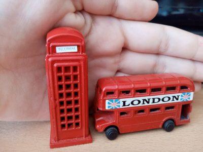 Saint-Priest / collège Gérard Philippe  C'est une cabine téléphonique et un bus Londonien.