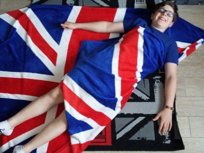 Ville de mon college : Donnemarie-dontilly 77520 Nom de mon college : Collège du Montois  Voici ma couverture drapeau anglais qui me tiens chaud quand j'en ai besoin .Et juste derrière mon tapis anglais qui rend un style à ma chambre .
