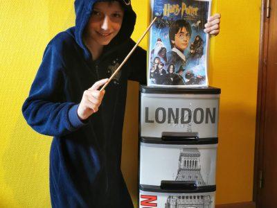 Doudeville Collège André Raimbourg  Pendant le confinement, j'ai visionné tous les dvd de Harry Potter avec ma famille, j'ai lu quelques chapitres du livre à mon petit frère.  Mon père nous a fabriqué des baguettes pour jouer. C'était génial !