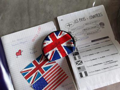 Sherine.Abezzaad Grande synthe college du moulin   Le sac vient d'Angleterre mon cahier d'anglais et à gauche et mon cahier de ma maison et à droite je travaille dessus quand je comprend pas