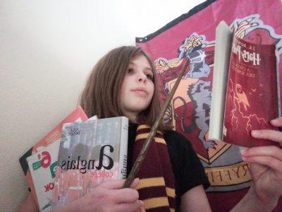 Le Chatelard, le collège des Bauges.  J'aime beaucoup harry Potter et J.K. Rowling est originaire d'Angleterre donc j'ai décidé de mettre quelques éléments comme la baguette d'un personnage clé de la saga qui est Hermione Granger, l'écharpe Griffondor même si je suis Serpentard, ainsi que le tome 1, Harry Potter à l'école des sorcier. J'ai ajouté aussi deux livre que l'on utilise en cours et un livre que j'ai eu en dehors du collège. J'espère que la photo sera à la hauteur des attentes du concours.