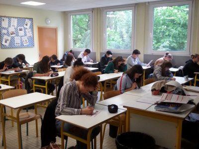 Collège Saint Joseph - La Salle à Dijon. Une partie des élèves de 3ème en pleine concentration lors du concours Big Challenge et ce, malgré les rythmes endiablés provenant de la salle d'éducation musicale à l'étage du dessous! Go St Jo!