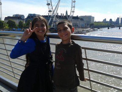 Je suis au collège Edouard Lucas à Amiens. Cette photo de moi et de ma soeur était prise dans le centre de Londres à côté de London Eye et Tower Bridge. C'est une ville formidable qui vit aussi bien la journée comme la nuit. Londres n'est pas du tout stressante comme Paris. Au contraire, on aime se balader et prendre son temps.